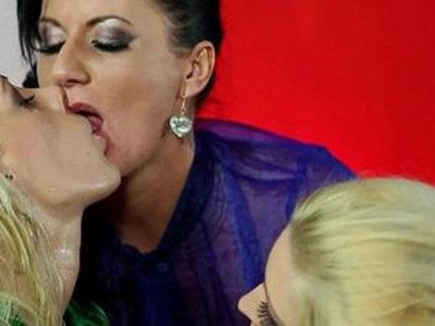 Uma Zex lesbian watersports | lesbians